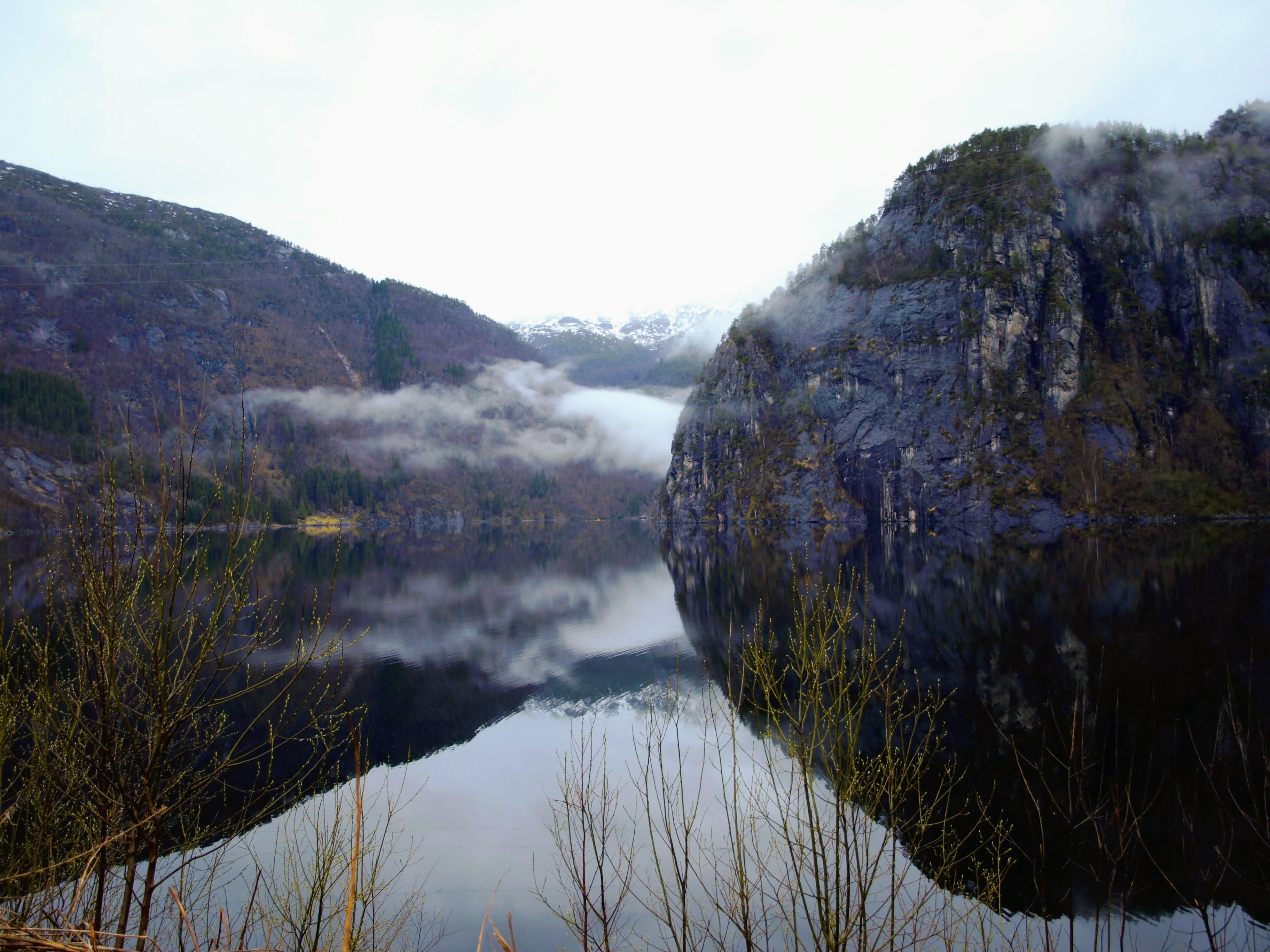 Hory se zrcadlí v moři (Bolstadfjorden, kousek od odpočívadla)