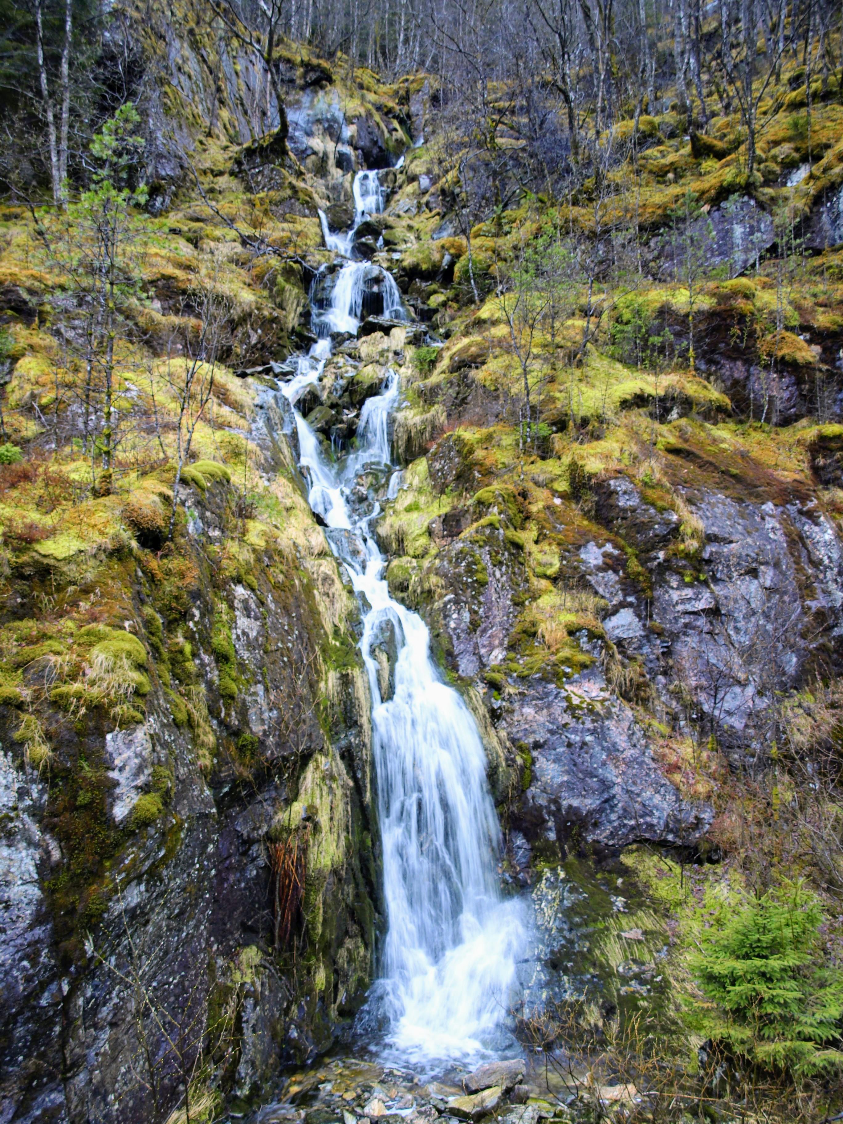 Malý vodopád kousek od odpočívadla u Bolstadfjorden
