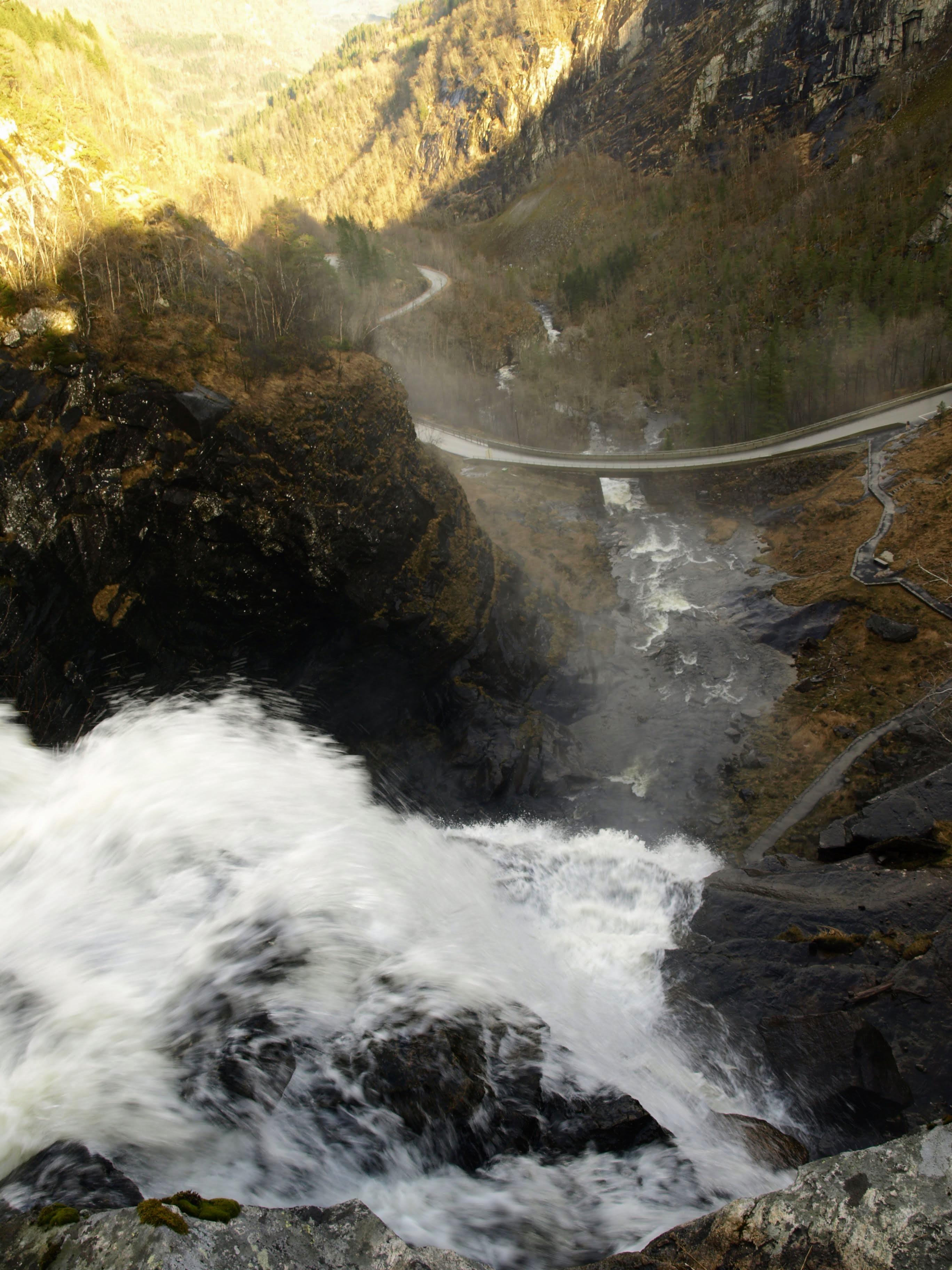 Vodopád Skjervsfossen se řítí do údolí