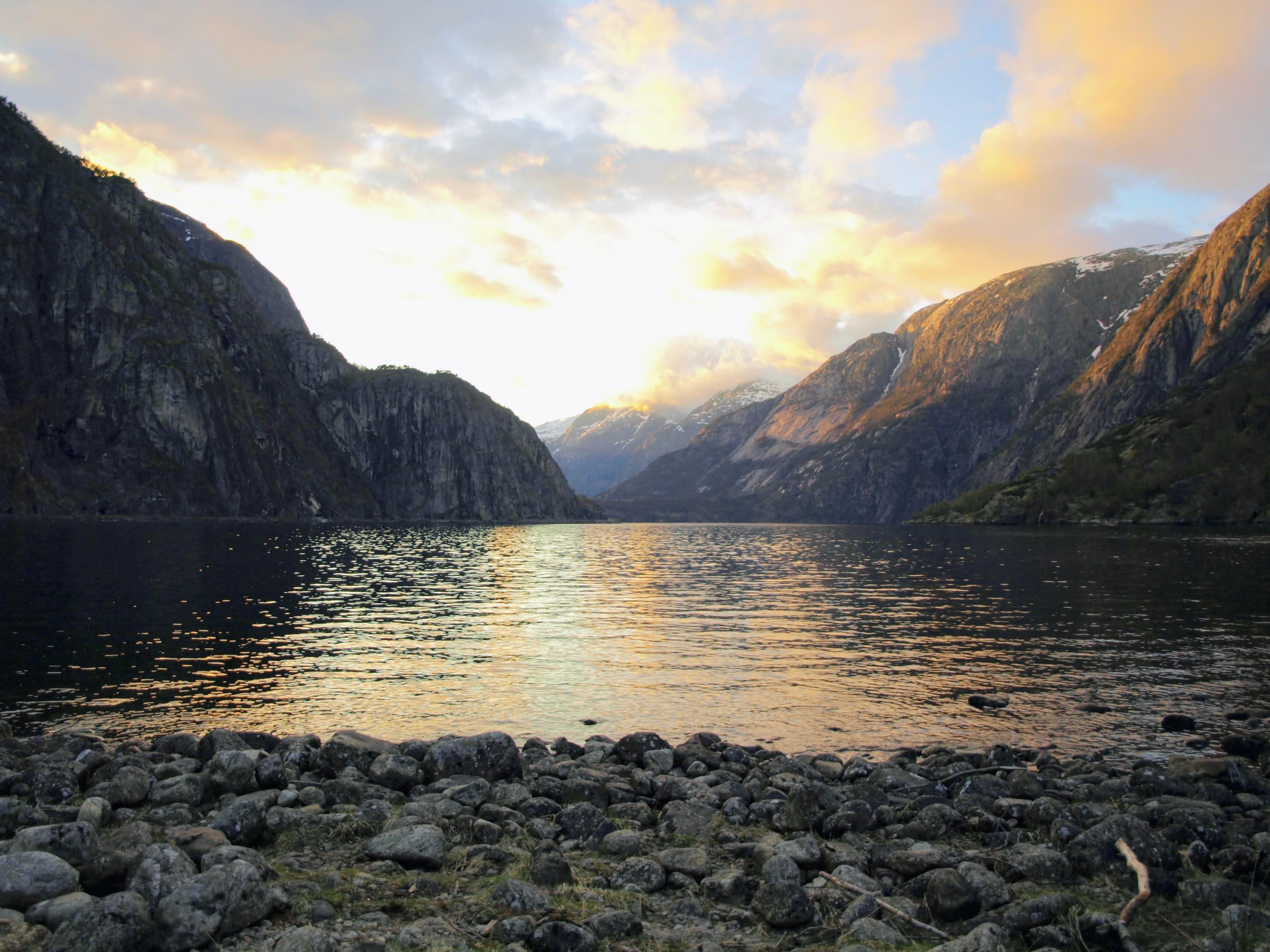 Západ slunce se zrcadlí v jezeře Eidfjordvatnet