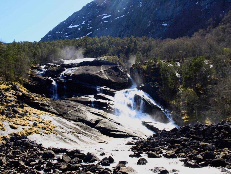 První vodopád v údolí, Tveitafossen