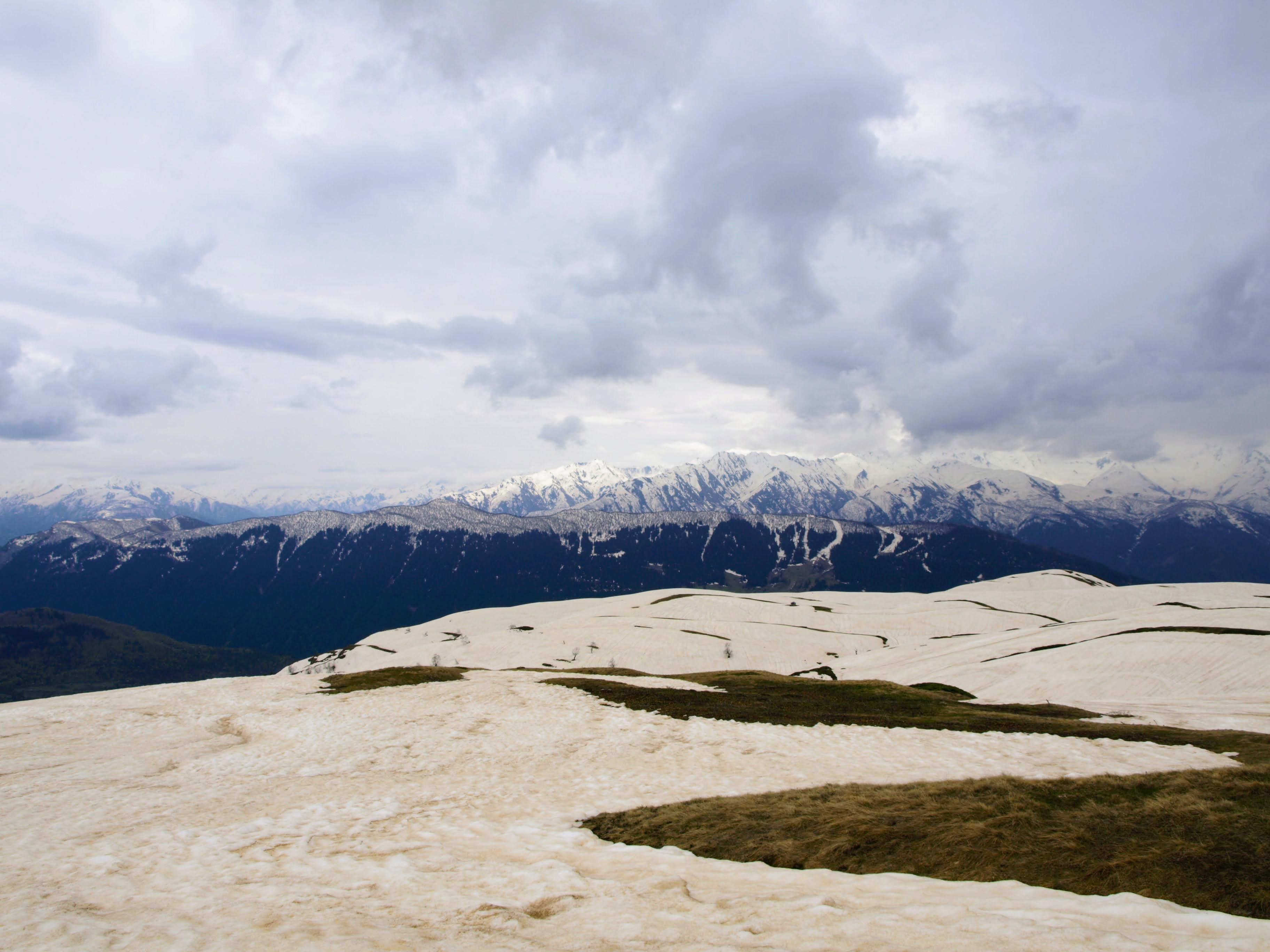 Výhled na jeden z hřebenů Kavkazu