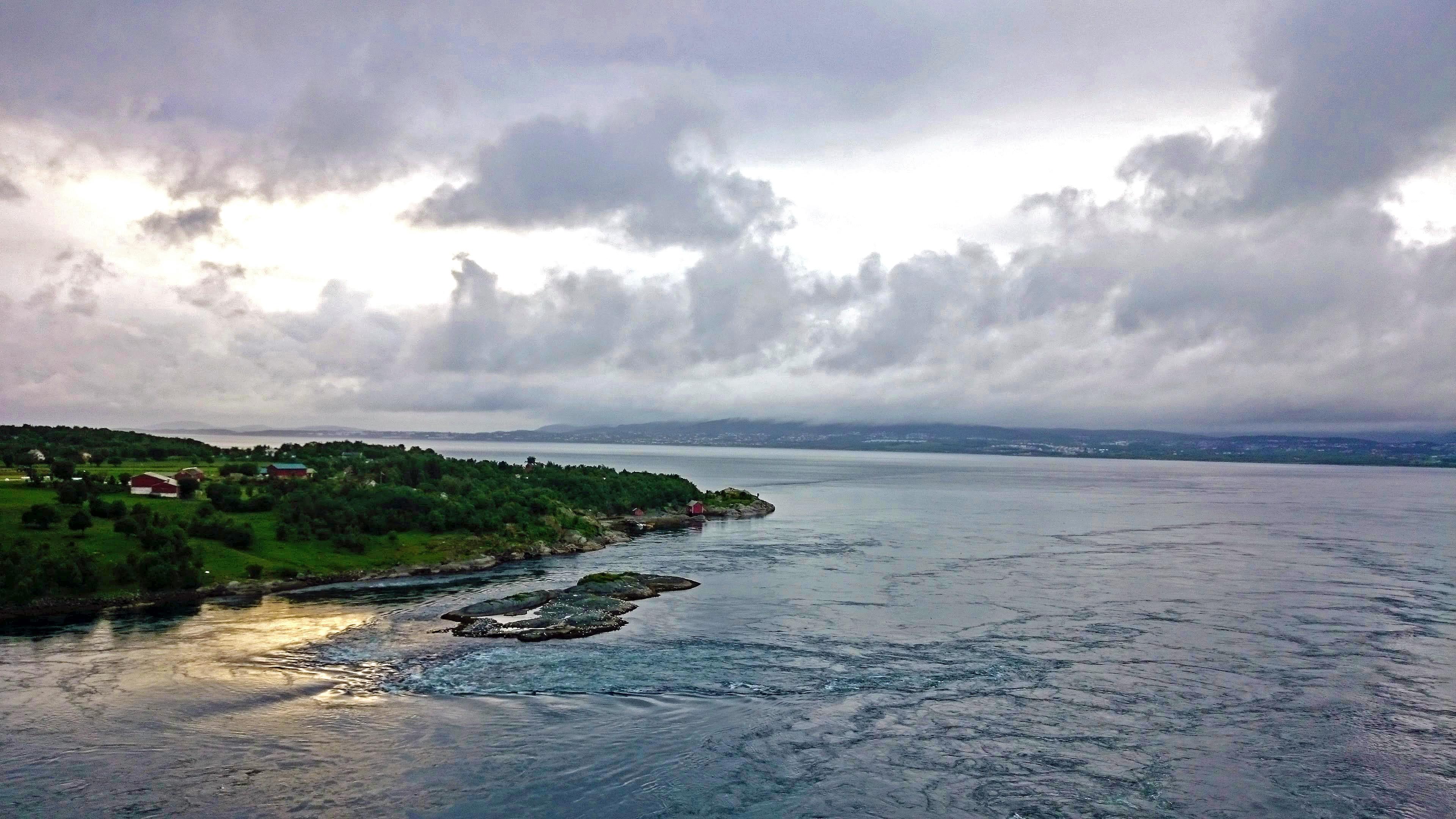 Saltsraumen, voda se žene zpět do moře