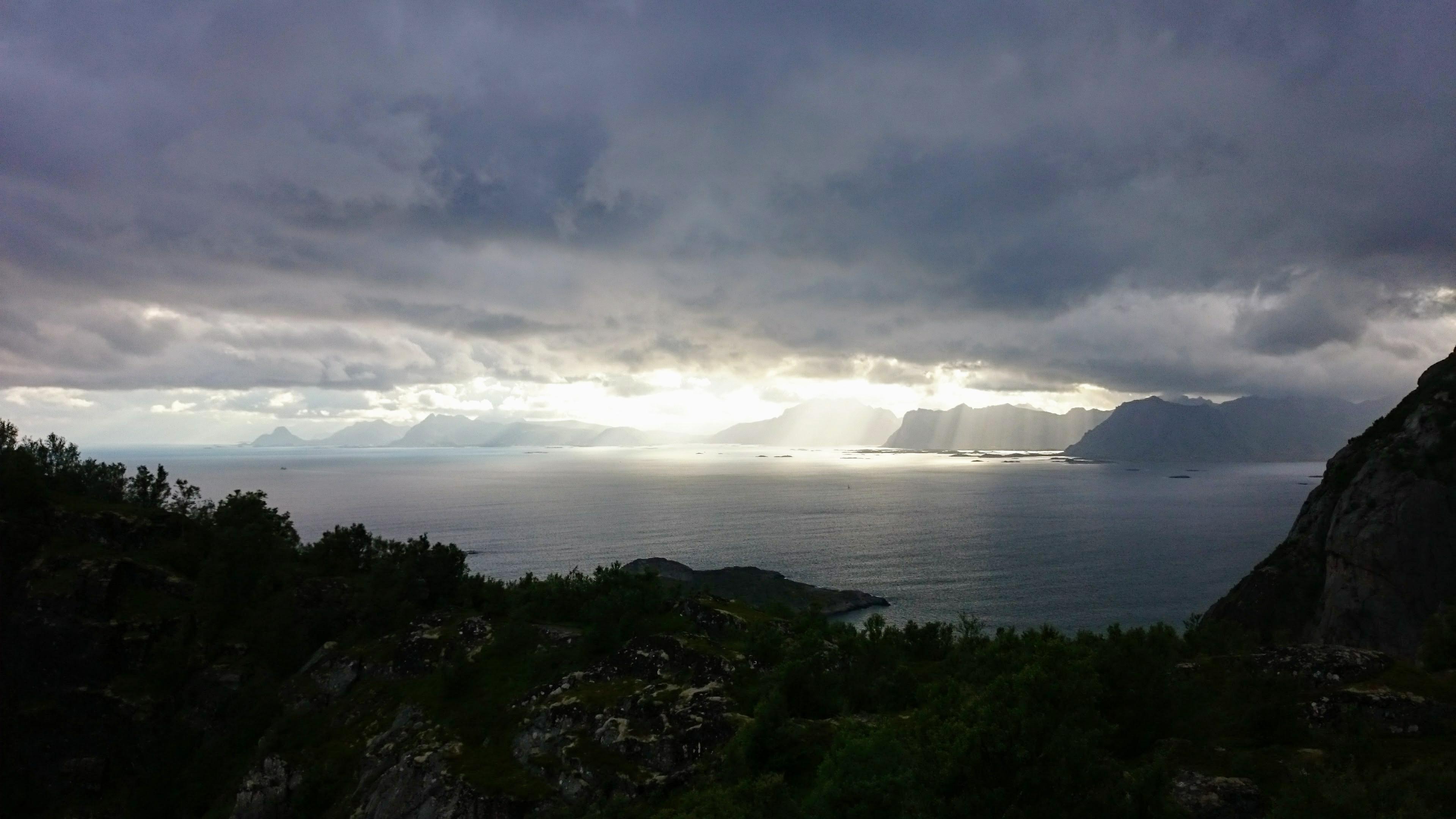 Paprsky slunce ozařují skály na ostrovech
