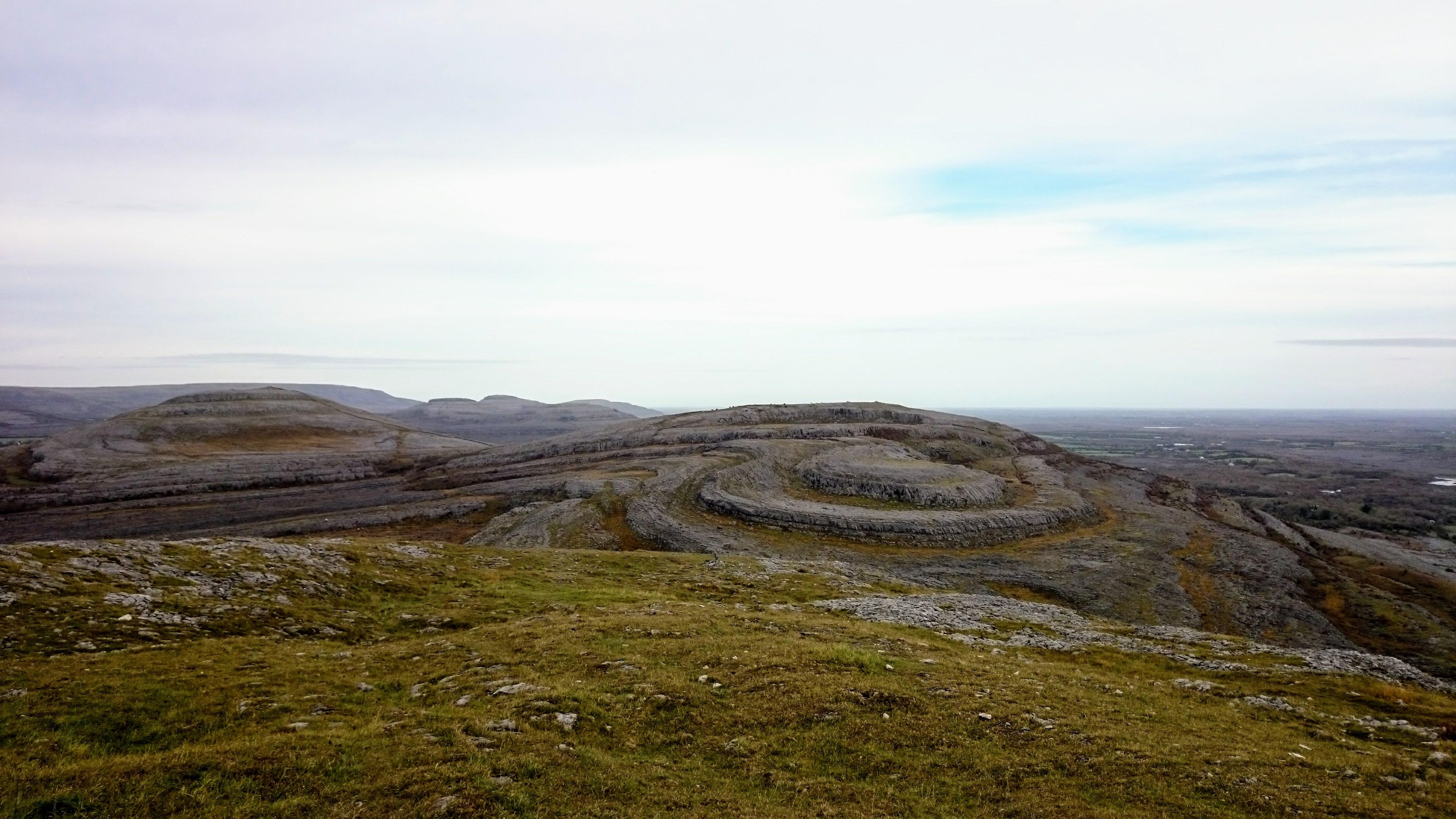 Kopce v oblasti Burren připomínají šlehačku