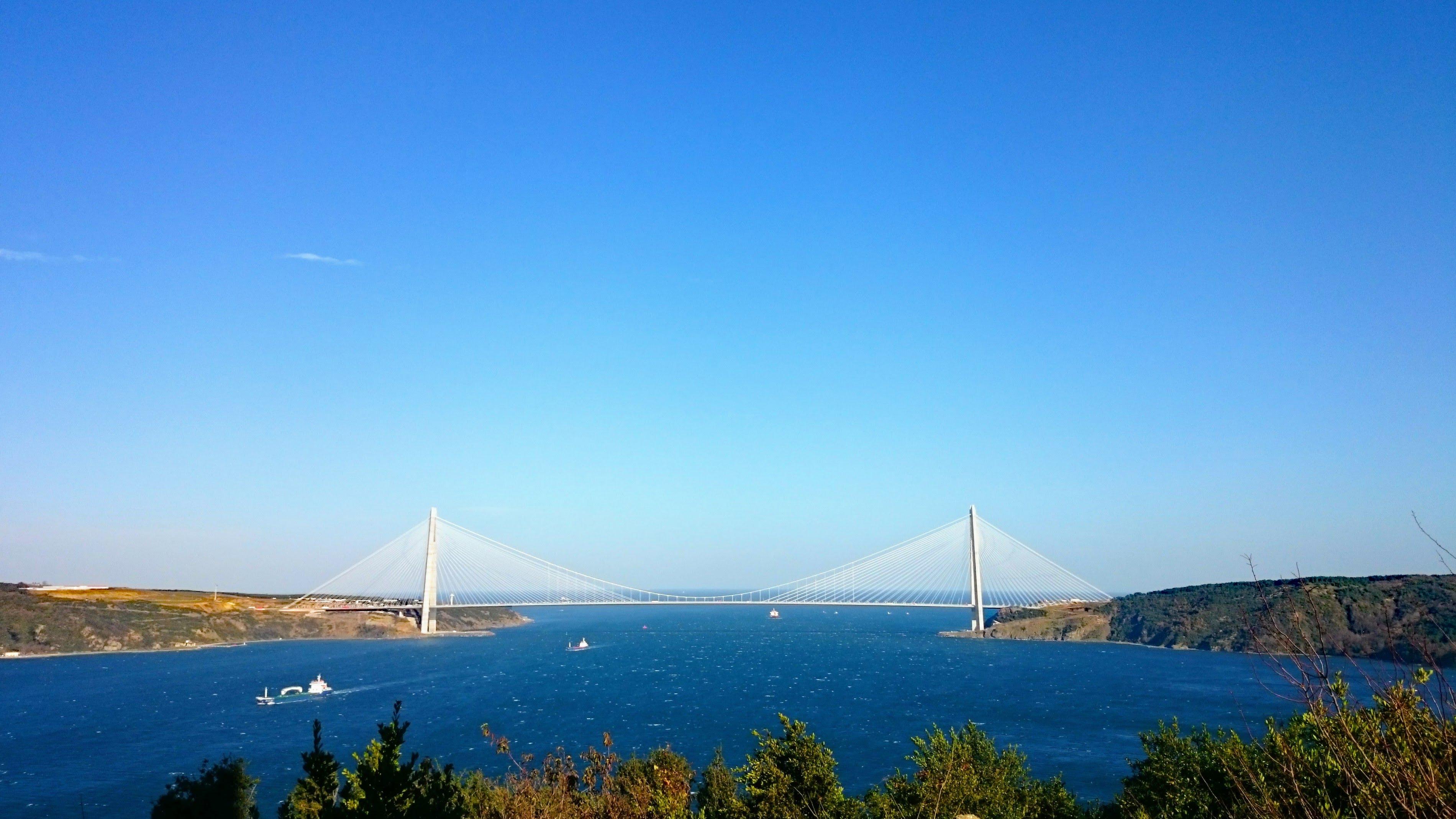 Most přes úžinu Bospor a za ním Černé moře