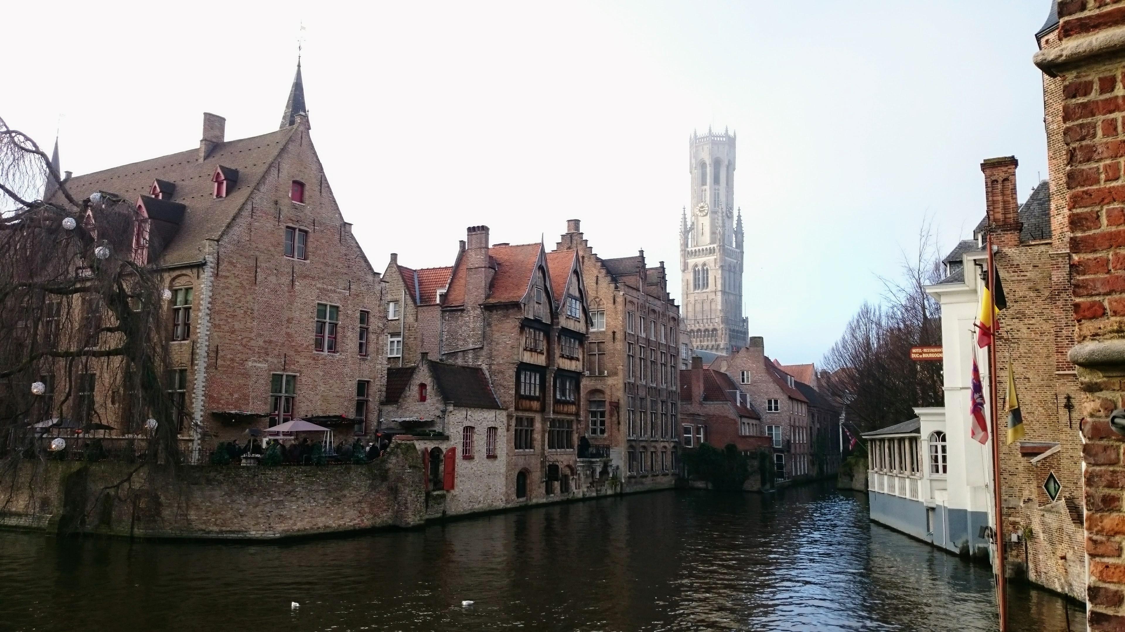 Nad městem se tyčí věž Belfried, Bruggy