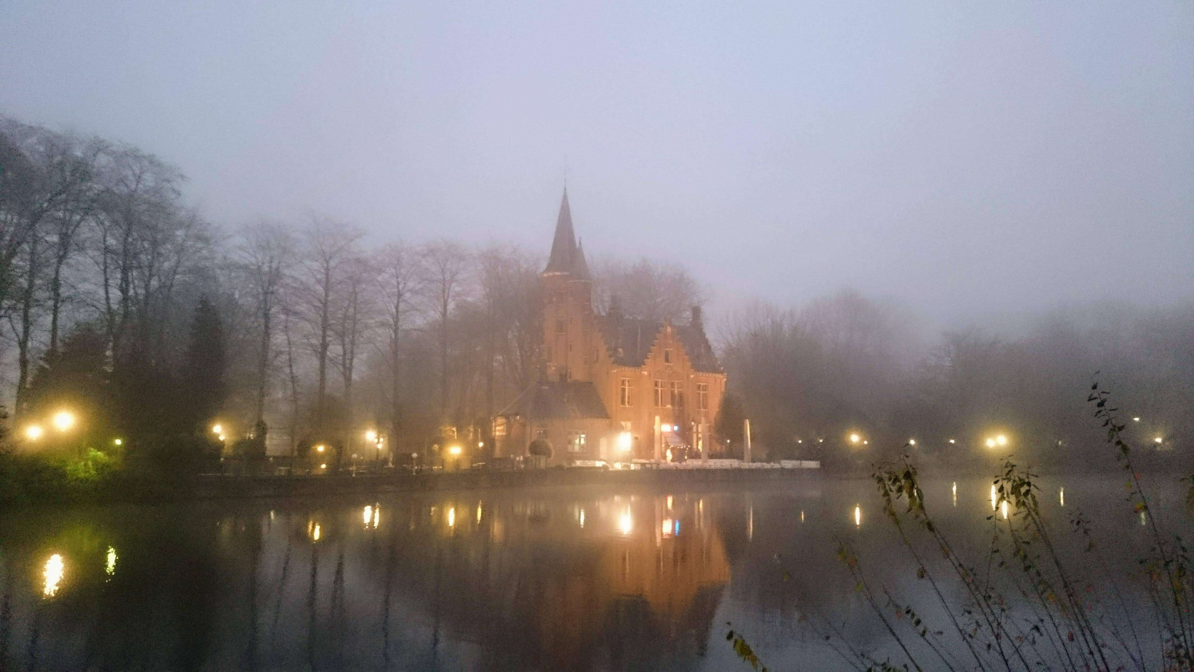 Mlha sedá na večerní Bruggy