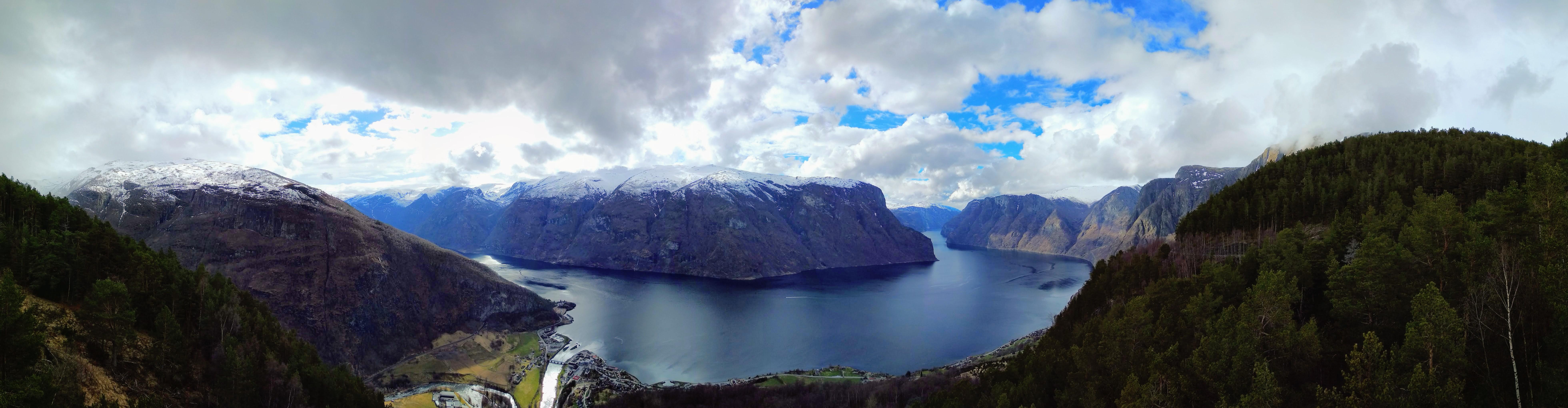 Panorama fjordu z vyhlídky Stegastein