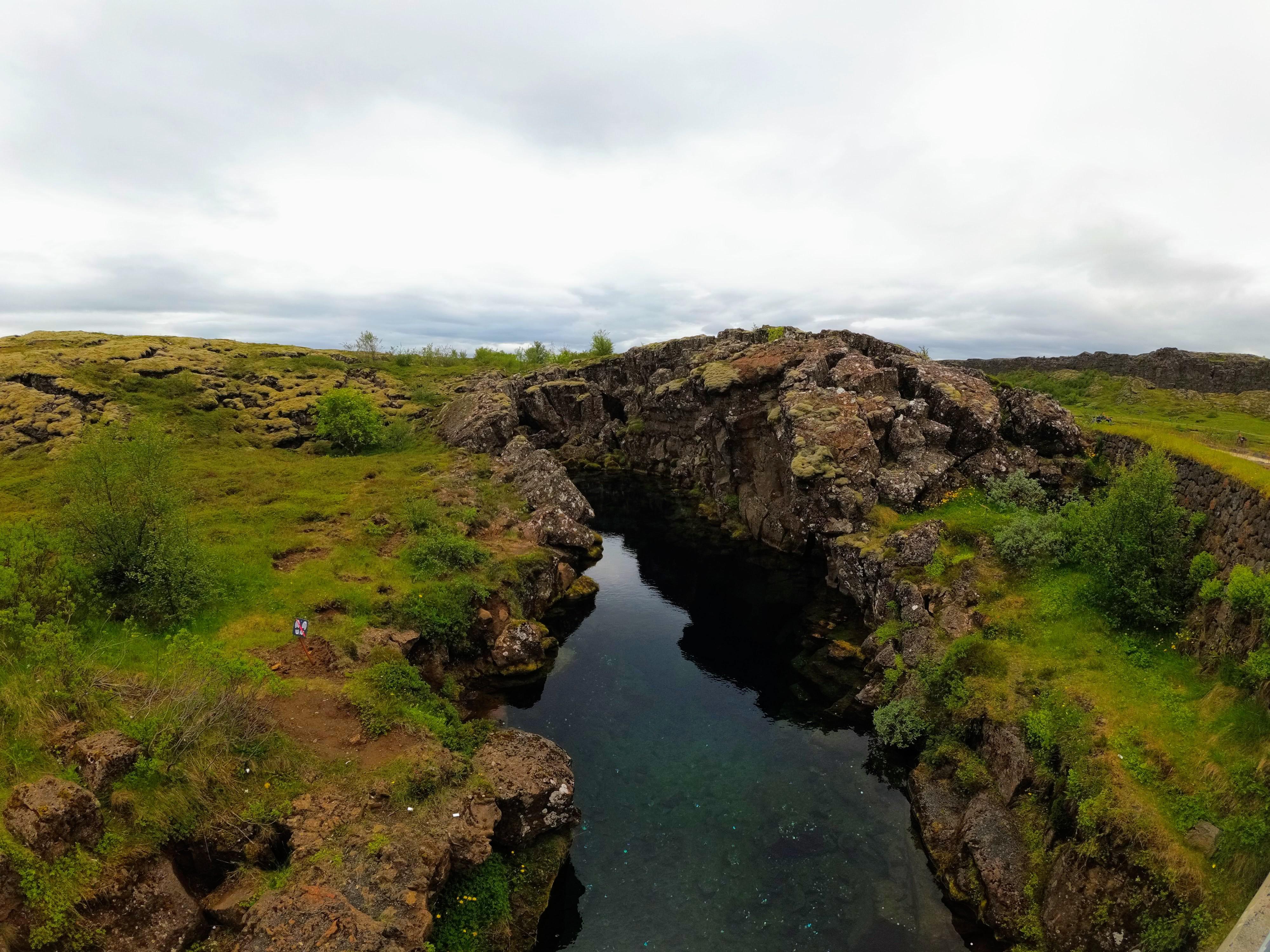 Křišťálově čistá voda v puklině, národní park Þingvellir