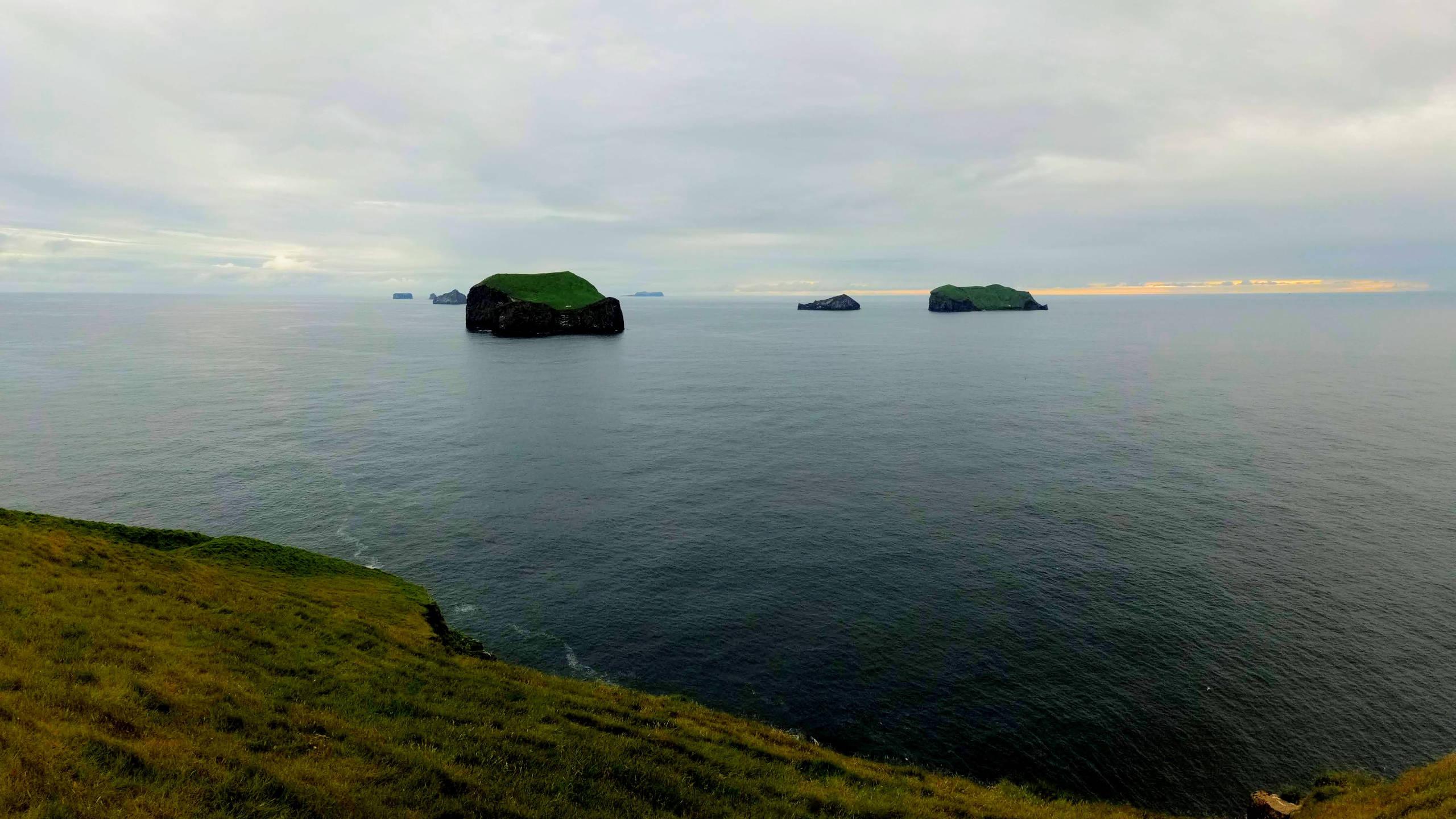 Souostroví Vestmannaeyjar, v popředí ostrůvky Álsey a Suðurey