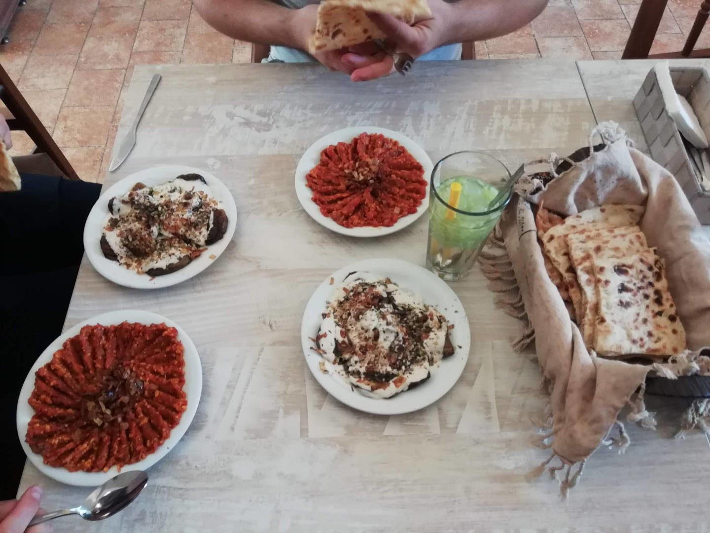 Oběd v restauraci v Šírazu