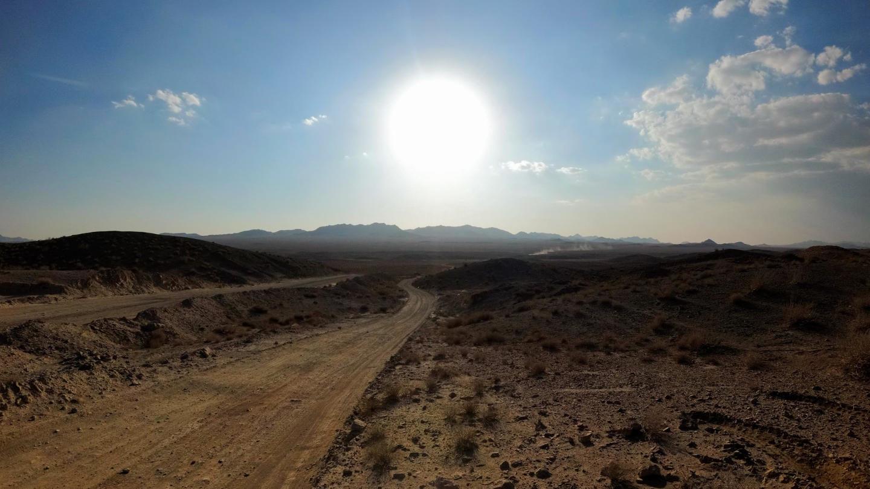 Cesta pouští k solné pláni