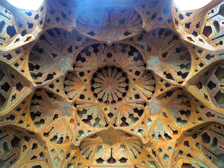 Vyřezávané obrazce pod stropní klenbou v paláci Ālī Qāpū