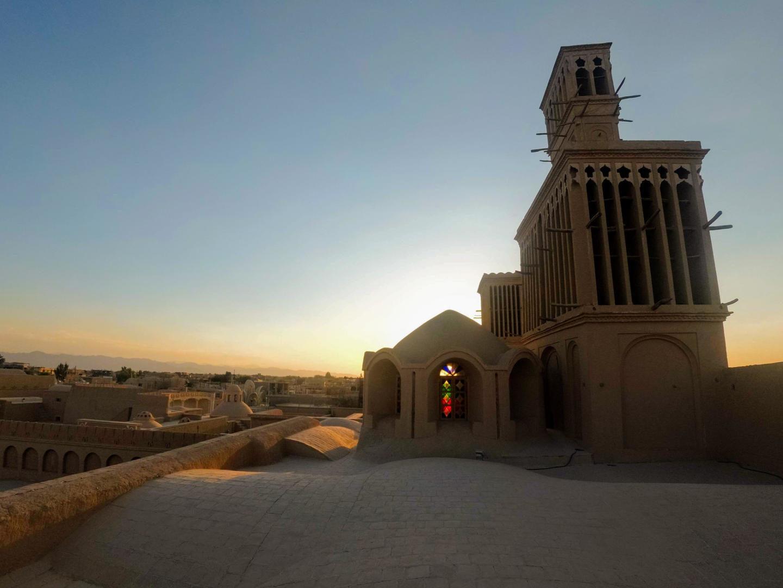 Zapadající slunce svítí skrz barevné okno, Abarkooh