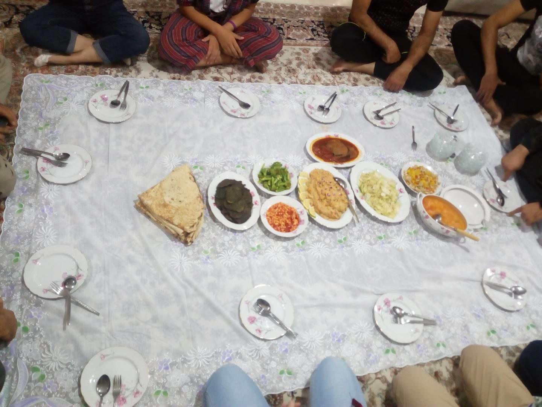 Rodinná večeře servírovaná na zemi