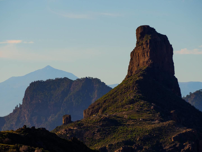 Roque Bentayaga, v pozadí nejvyšší vrchol španělska Pico de Teide na ostrově Tenerife