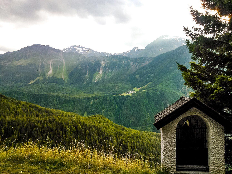 Kaplička a výhled do údolí