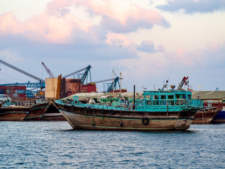 Barevné lodě v přístavu