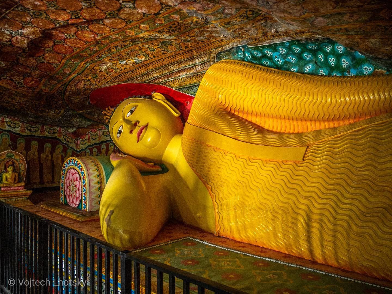Buddha ležící v jeskyni chrámu Mulkirigala