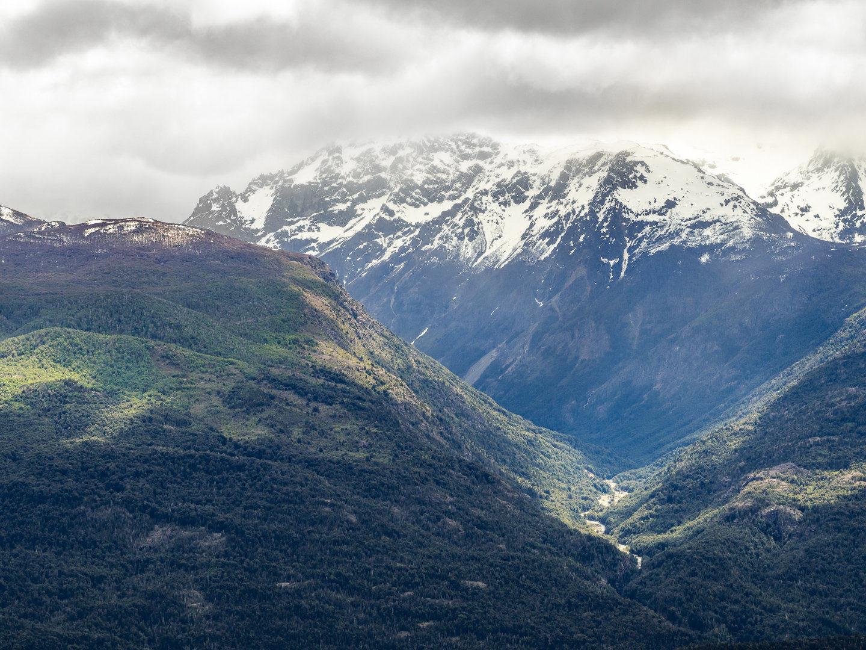 Mraky plynou nad horskými štíty, El Bolsón