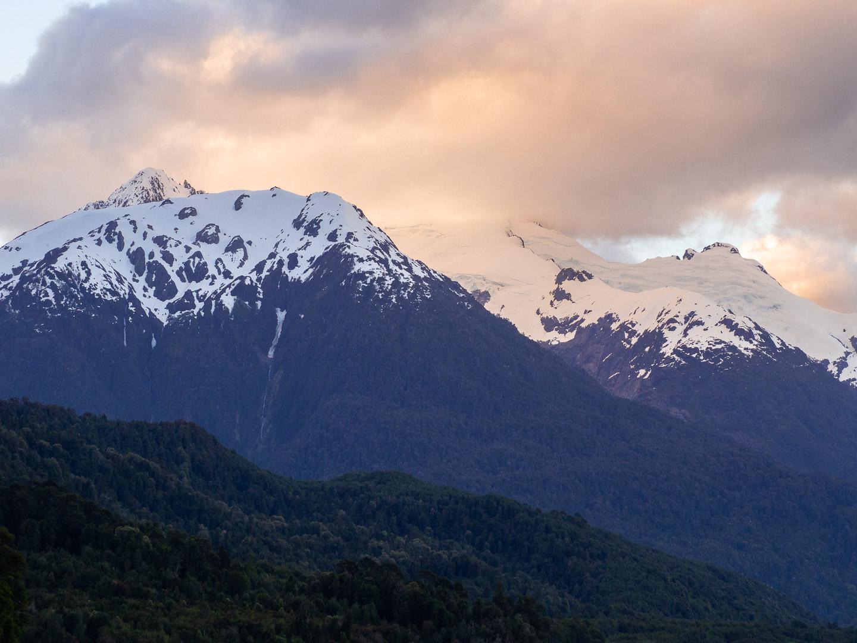 Horské štíty při západu slunce, Lago Yelcho