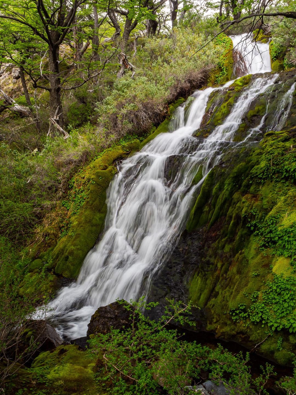 Vodopády podél treku k laguně Azul