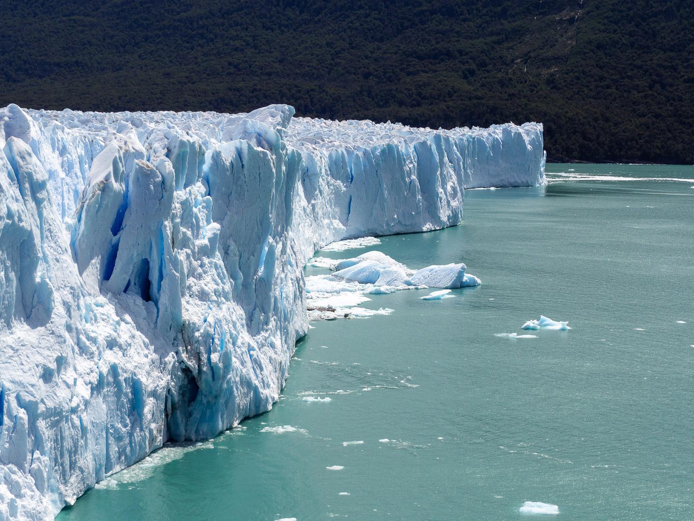Ze stěny ledovce Perito Moreno se odlamují kousky o velikosti domů