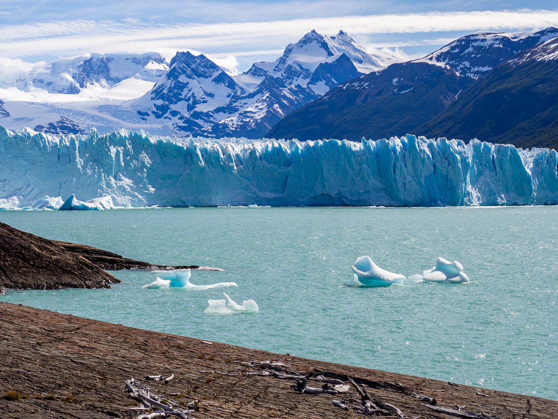 Stěna ledovce Perito Moreno dosahuje výšky až 70 m