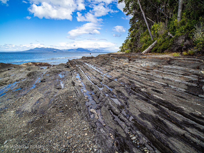 Zvrásněné pobřeží jižně od Punta Arenas