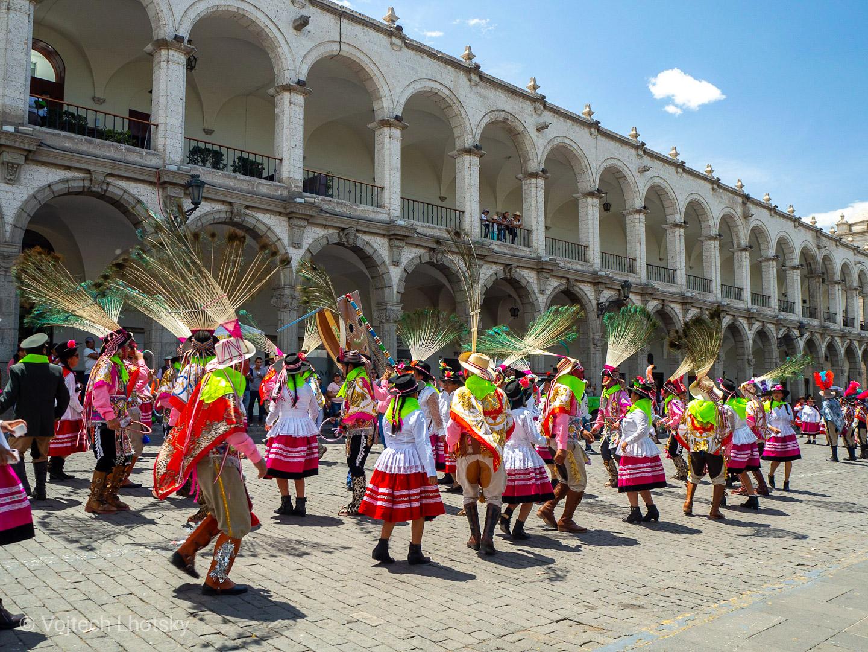 Průvod v krojích na náměstí v Arequipě