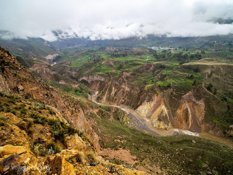 Údolí řeky Colca postupně přechází v hluboký kaňon