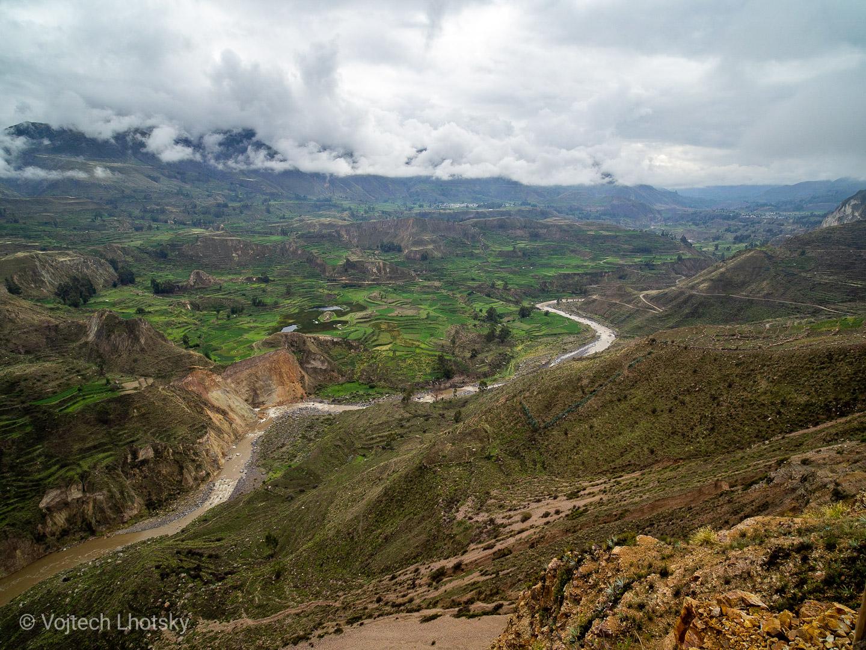 Terasovité farmy v úrodném údolí řeky Colca