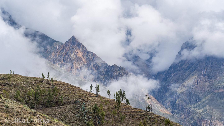 Horské štíty nad kaňonem skryté v mlze