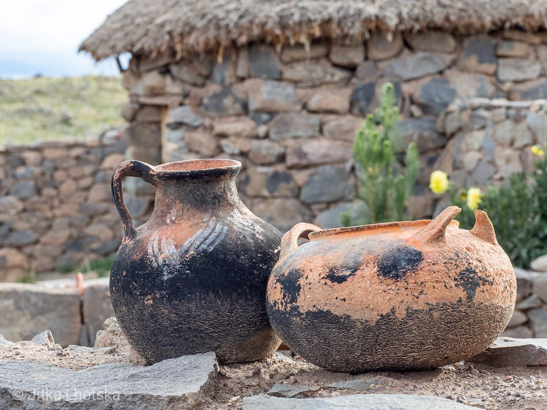 Keramika v tradičním obydlí nedaleko Puna