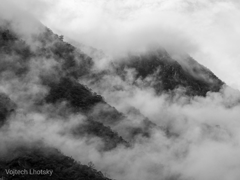 Ranní mlha na horách u Machu Picchu