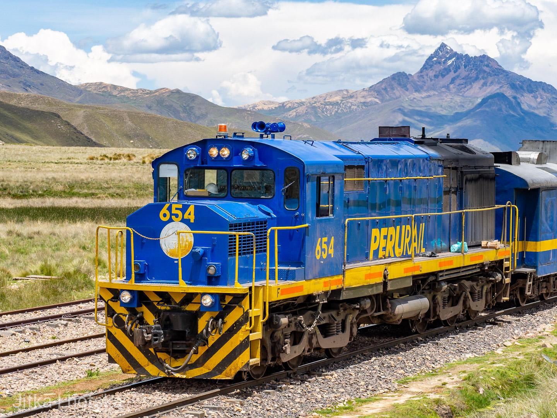 Lokomotiva společnosti PeruRail s historickou soupravou