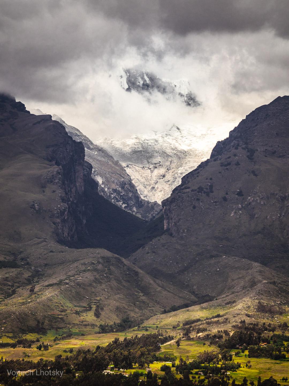 Mraky se převalují přes ledovec nedaleko Huarazu