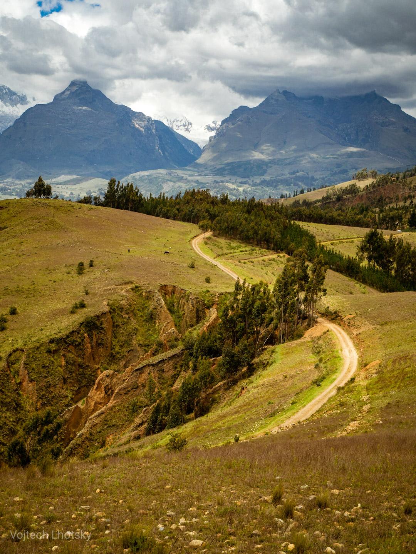Hornatá krajina na okraji národního parku Huascarán