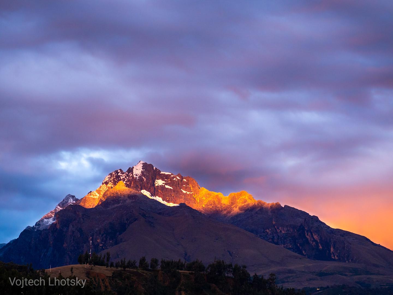 Poslední večerní paprsky dopadají na horský štít nad Huarazem