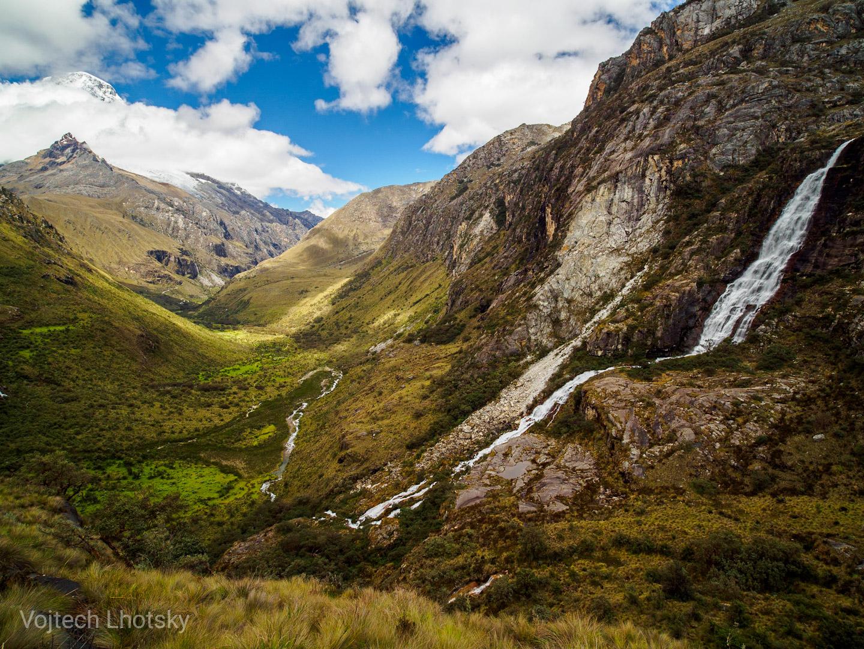 Vodopád se řítí do údolí pod vrcholem Huascarán