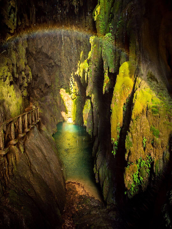 Jeskyně za vodopádem na řece Piedra